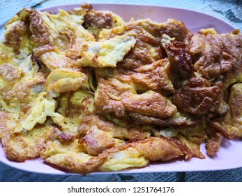 Thai omelette on pink plate