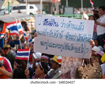 Thai Protesters carry flags and banners march toward central Bangkok on Sunday, Dec 22, 2013 to raise pressure on the government of Shinawatra regimes to step down. Here at Bangkok railway station