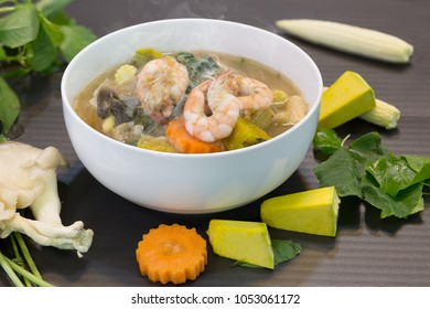 Thai spicy mixed vegetable soup with prawns (Kaeng Liang Goong sod) Thai food / Select focus