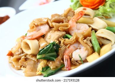 Thai stir fried noodle with seafood, chicken