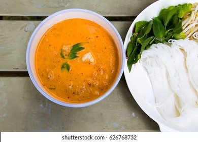 Thai vermicelli noodle with tradition spicy curry crab serve with fresh vegetable.