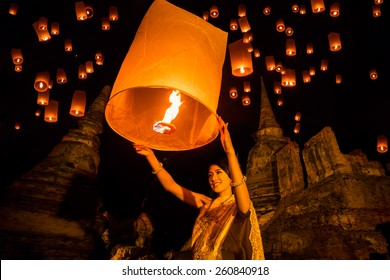 Thai woman  floating lamp in Wat Phrasisanpetch at  Ayutthaya,Thailand