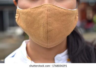 Thailändische Frau mit Masken aus Stoff zum Schutz des Corona-Virus Covid 19 selektiver Fokus