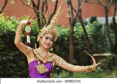 Thai women in national costume : thai dance