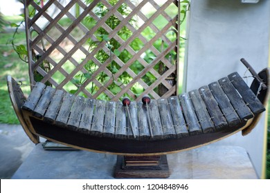 In the Thai xylophone family, there are several similar instrument with bars made from different types of material, such as metal (ranat ek lek, ranat thum lek) and glass (ranat kaeo).