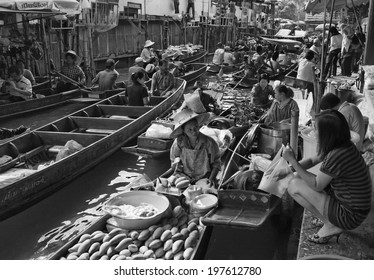Thailand, Bangkok: 14th march 2007 - tourists at the Floating Market -