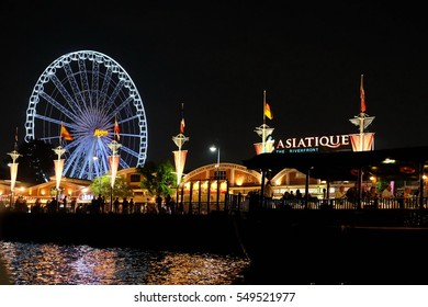 THAILAND ,BANGKOK -2016  DEC 13 : ASIATIQUE The Riverfront Factory District . Many tourist come to shoping and see river viewpoint on night