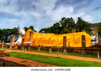 Thailand's tourist attraction, the Buddha statue is in a reclining position, is the largest in the open air, located at Khun Inthapramun Temple, Ang Thong Province.