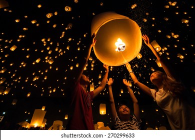Thai's Family release sky lanterns to worship buddha's relics in yi peng festival, Chiangmai thailand