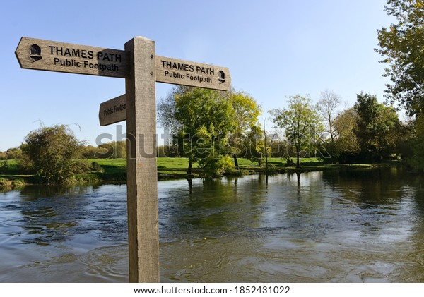 thames-footpath-sign-post-port-600w-1852