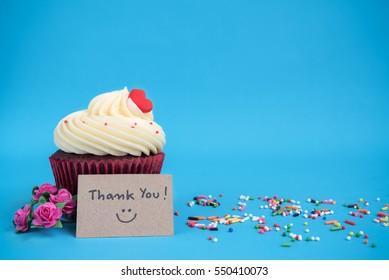 Gracias nota con cupcake y flores rosa ramo rosas rosas en fondo azul con espacio para copiar