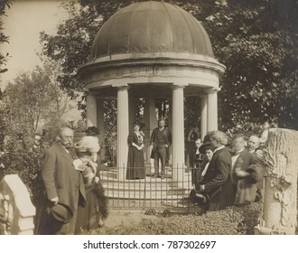 Theodore Roosevelt standing at Andrew Jacksons tomb, at the Hermitage, Oct 22, 1907. Mrs. Mary C. Dorris, of the Ladies Hermitage Association stands with the President, who suggested the Nation should