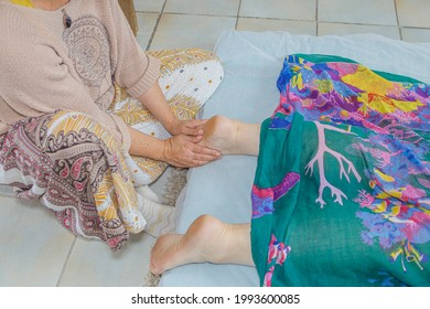 Therapeutic massage on the arch of a woman. Gesture of the profession of a practitioner in alternative medicine.