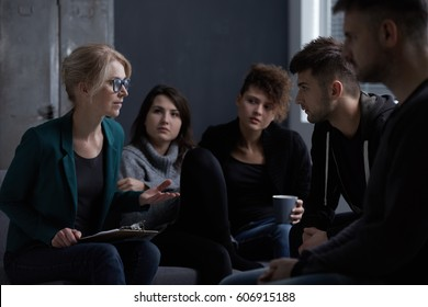 Therapist talking with patients of rehab centre