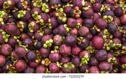 There are many mangosteen to sell at the markets in Thailand.