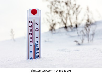The thermometer in the snow shows 6 degrees frost