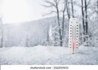 Thermomètre dans la neige, hiver, arrière-plan neige