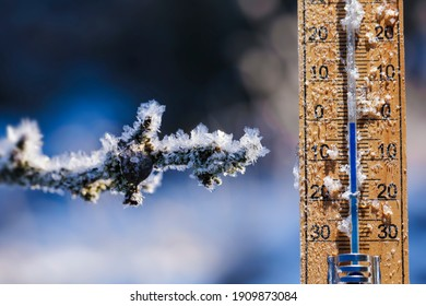 Thermometer in winter, which shows the freezing point. Temperature measured in degrees celsius .