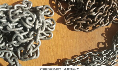 thick metal chain rings background