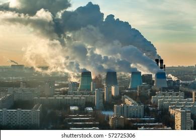 Dickiger Rauch aus Wärmekraftwerken über den Wohngebieten der Stadt.