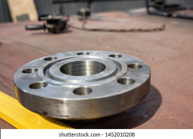 Thick-walled metal flange for chemical apparatus operating under high pressure