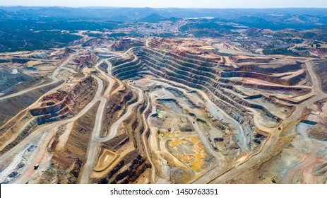 この鉱山はスペイン、フエルバ州リオトンにある。スペインのアンダルシアのリオ・ティント川沿いのこの地域では、銅、銀、金、その他の鉱物を採掘しています。