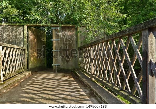 this-small-bridge-located-oxford-600w-14