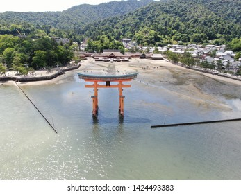 This is a torii that stands in the sea in Japan. On this day, tourists gather around the torii at low tide.