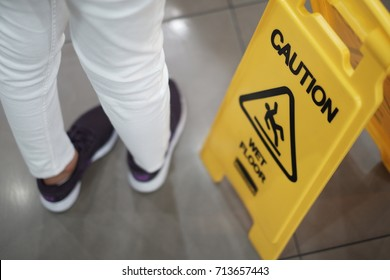This is a warning sticky, so be careful to be careful. This picture shows a warning sign, but there are some people not careful.Can be applied to work on the consciousness of people.
