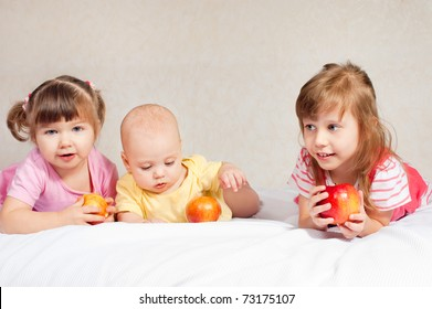 Three children of different age with apples