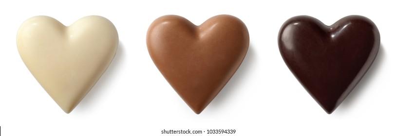 Trois coeurs de chocolat (lait, noir et blanc) isolés sur fond blanc. Vue supérieure