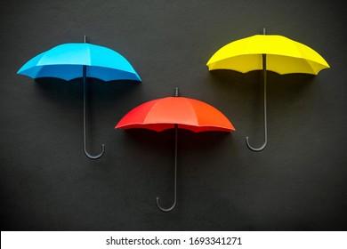 Drei farbige blaue, rote und gelbe 3D-Symbole einzeln auf schwarzem Hintergrund
