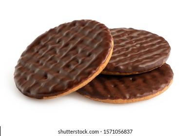 Drei dunkle, mit Schokolade überzogene Verdauungskekse einzeln auf Weiß.