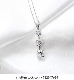 Three diamonds pendant necklace