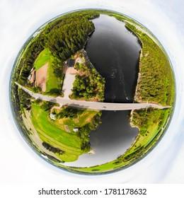 フィンランドのキミホキ川にあるスシコスキ川の高速な空撮パノラマが、ミニ惑星パノラマスタイルで3次元の空中パノラマとして見えます。