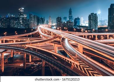 Dreidimensionale Straßen und Brücken zeigen eine sehr schöne Kurve nachts.