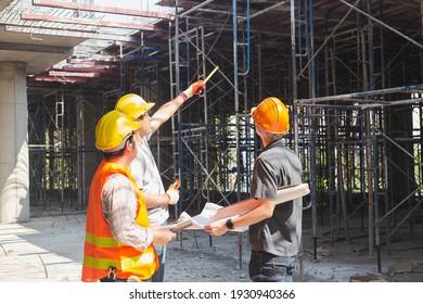 Drei Ingenieure, die an einer Baustelle arbeiten