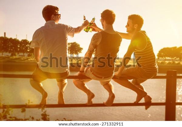 Drei Freunde trinken Bier