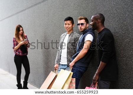Фото девушка с тремя парнями