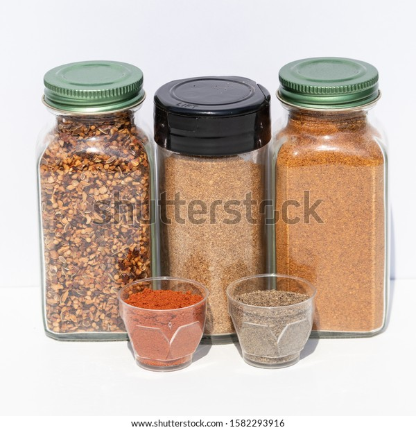 three-jars-spices-different-grinding-600