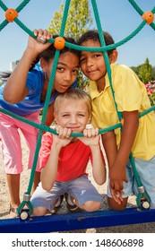 Drei Kinder auf dem Spielplatz
