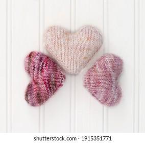 Drei kleine rosa Strickherzen