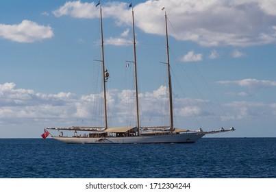 Un voilier à trois mâts amarré dans un port calme des Caraïbes, île de Martinique, Antilles françaises.
