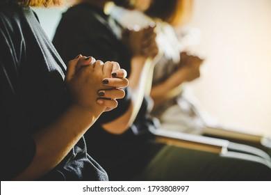 Drei Leute beten und loben Gott zusammen, sie teilten das Evangelium mit dem Kopienraum.