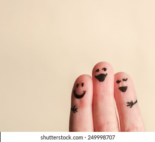three smiling fingers that are very happy to be friends