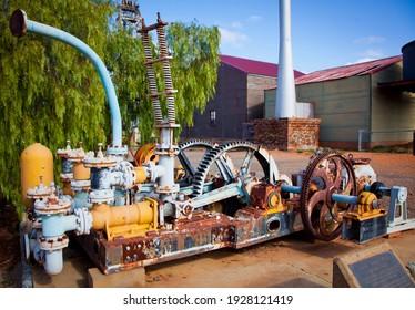Pompe À Trois Jetons. Une pompe de plongée est un type de pompe à déplacement positif où le joint à haute pression est fixe et où un plongeur cylindrique lisse passe à travers le joint.