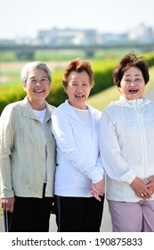Threesome of an elderly woman a good relationship