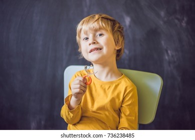 Three-year old boy shows vestibular plate. Plate with a bead to stimulate the tongue. dysarthria, rhinolalia.