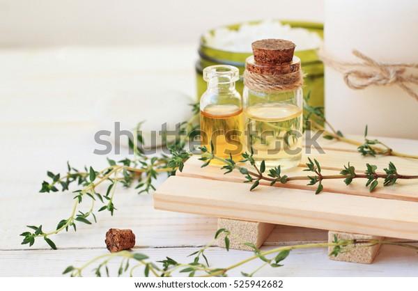 タイム精油。抽出物と瓶、新緑の植物の葉。アロマセラピー治療。