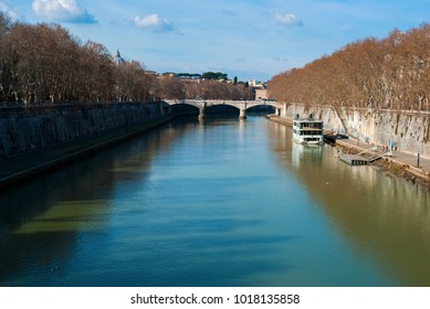 The Tiber river that crosses the city of Rome